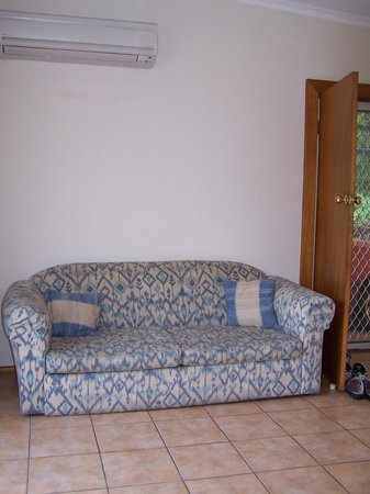 Quarantine Bay Beach Cottages: Sofa/fold out bed