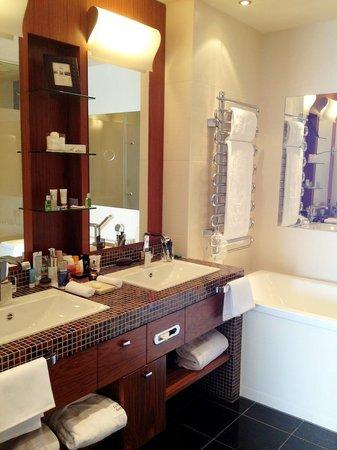 Le Mirador Resort & Spa: junior suite bath