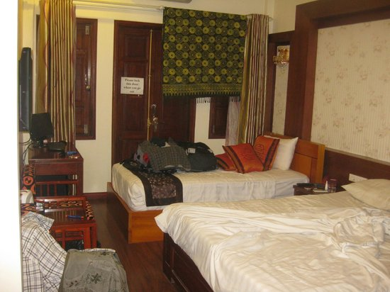 Hanoi Symphony Hotel: 2 wooden windows and double doors to balcony(excuse  sarong)