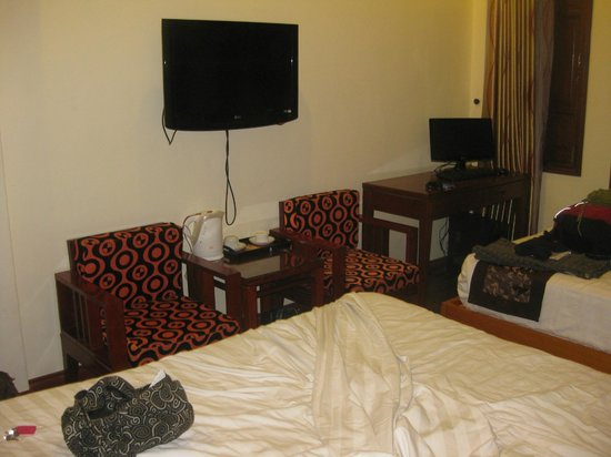 Hanoi Symphony Hotel: coffee/tea facilities, desk, cable tv
