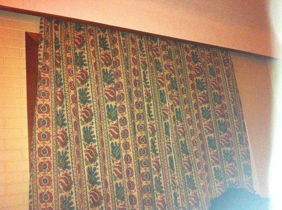 Dunadry Hotel: Ill fitting curtains