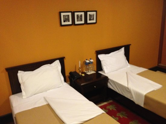 The Yellow House: Detailed rooms, great shower, wifi and TV.