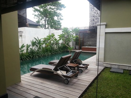 Pradha Villas: Living room faces deck chairs and pool