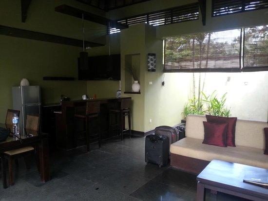Pradha Villas: Kitchen and bar counter
