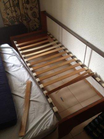 Almonsa Playa: settee bed, broken slates, couldn't sit on never mind sleep on
