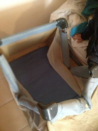 Almonsa Playa: cot bed broken and filthy