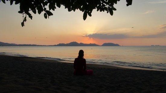 Bahia del Sol Beach Front Boutique Hotel: Meditierend beim Sonnenuntergang direkt am Strand vor dem Hotel