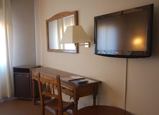 Hotel Mayoral: Mesa de trabajo y tv