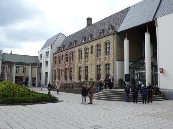 Novotel Brugge Centrum: Adjacent Ibis Hotel