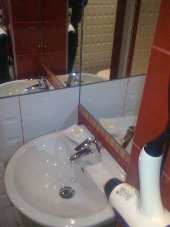 Lvovo Apartments: lavabo con detalles de cortesia, jabon ,champoo,....