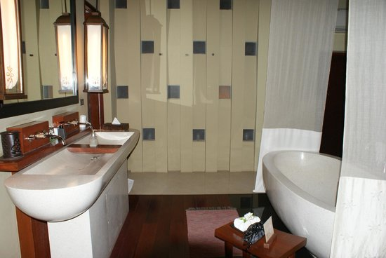 فيلا زوليتيود ريزورت آند سبا: salle de bain de la chambre