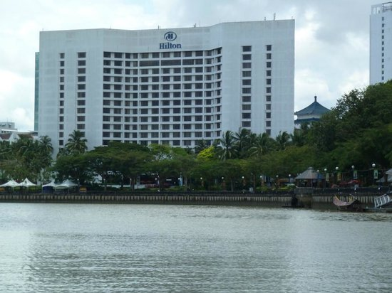 Hilton Kuching: The Hilton is right at the waterfront, on the foreground the Esplanade