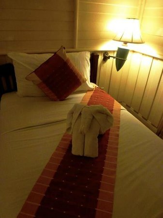 Buddy Lodge Hotel: Twin Bedroom with elephant towel!