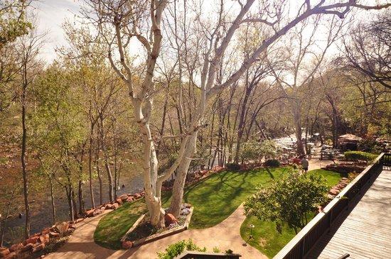 L'Auberge de Sedona : Creek side area and dining area