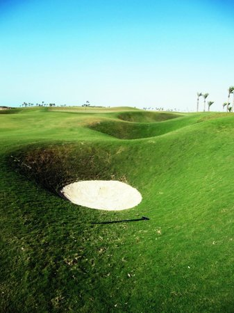 Saadiyat Beach Golf Club: Hole 10 - the Mousetrap