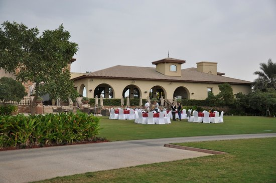 Saadiyat Beach Golf Club: The feast - clubhouse lawn