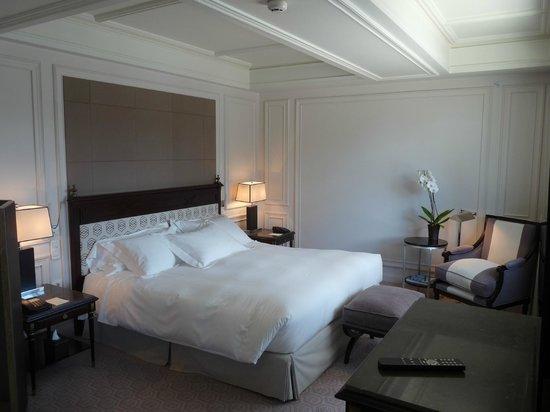 Grand lit double confortable photo de villa magna for Tete de lit confortable