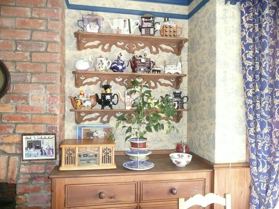 West Royd Bed and Breakfast: Dining room with teapot display