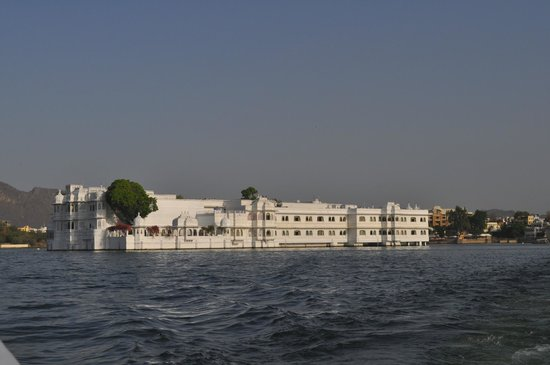 Taj Lake Palace Udaipur: The hotel as you approach it by boat