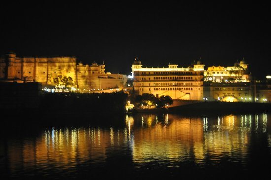 Taj Lake Palace Udaipur: View from the hotel looking at the city palace