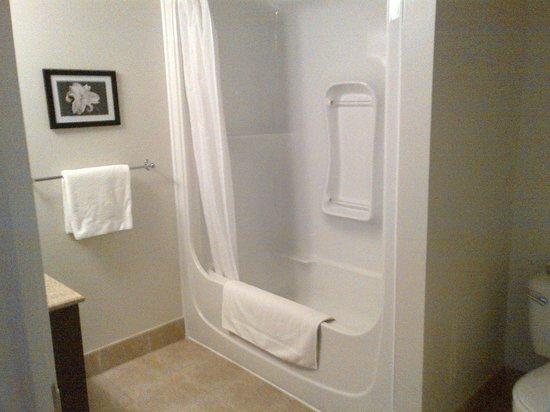 Hotel Gouverneur Le Noranda: salle de bain complète avec bain et douche
