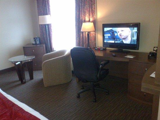 Hotel Gouverneur Le Noranda: Côté salon d'une chambre régulière