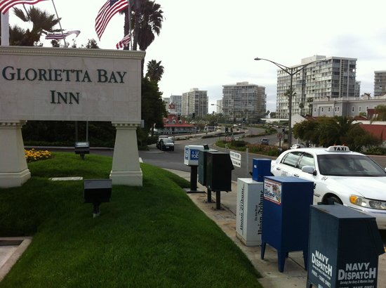 Glorietta Bay Inn: Street corner location