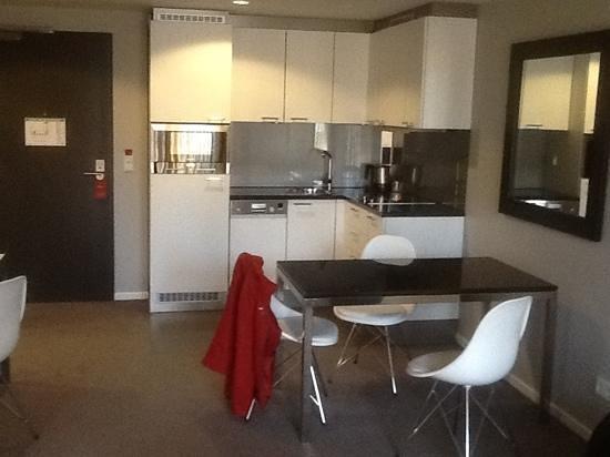 Adina Apartment Hotel Berlin Mitte: Zimmer mit kleiner Küche