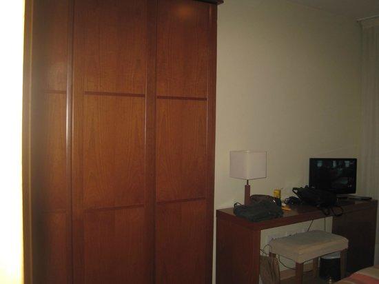 Hotel Miera: armario y mesita