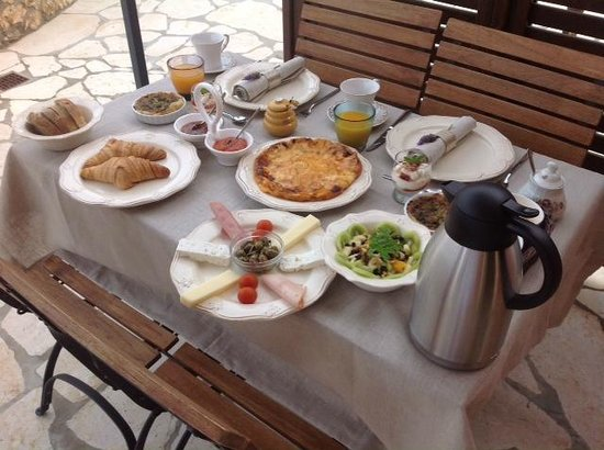 Avra Private Suites: Breakfast on the terrace for two!
