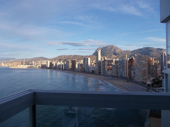 Hotel Benikaktus: Terrasse semi ouverte avec vue sur la mer