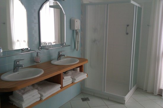 Hotel Ana: Double sink and walk-in shower