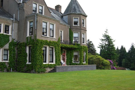 Enniskeen Country House Hotel: View towards sunny terrace on mountain side of building.