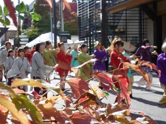 Yahiko Shrine: street dancers