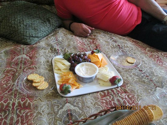 Inn on Crescent Lake: Cheese Tray in our suite.