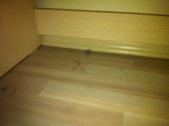 Hotel Promise: dust under desk