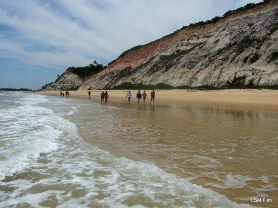 Rio da Barra Beach: e do oltro lado das faléses,, muito lindas onde muitas das vezes tem varis tartarugas desovando