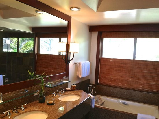 Four Seasons Resort Hualalai: Great bathroom with separate large shower &  tub.