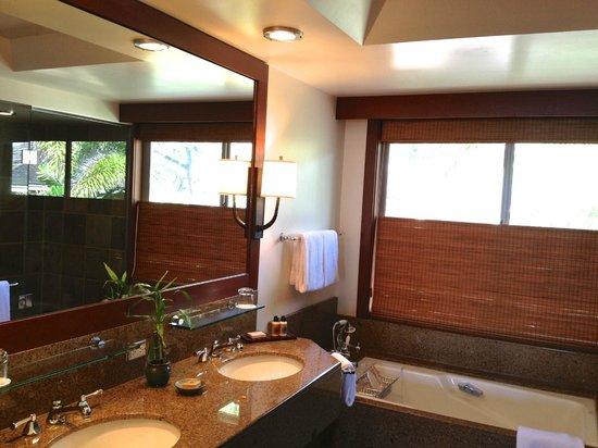 Four Seasons Resort Hualalai: Great bathroom with separate large shower &  tub.