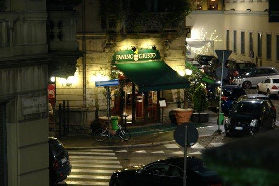 EuroHotel: visão noturna da rua em frente ao apartamento