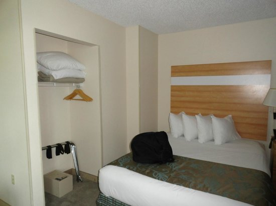Comfort Suites Seven Mile Beach: One of the beds and the closet