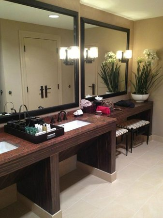 Hilton Dallas Park Cities: Vanity - Presidential Suite