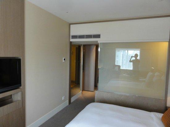 Ambassador Hotel Taipei: 浴室とは液晶シャッターで間仕切り