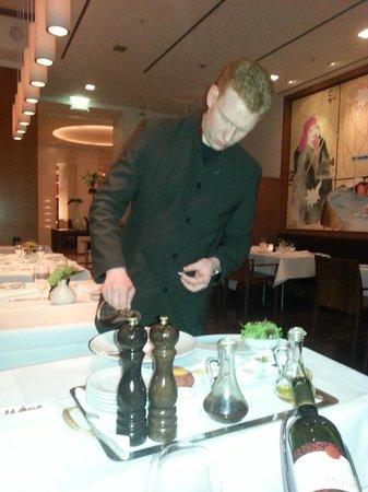 Restaurant Le Faubourg: Zubereitung des Rindertatars am Tisch