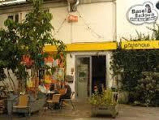 Basel Backpack : Eingang mit kleinem Gartenrestaurant