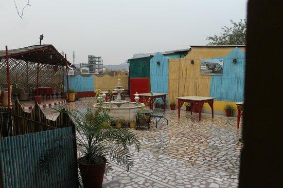Govind Hotel: terrasse jour de pluie
