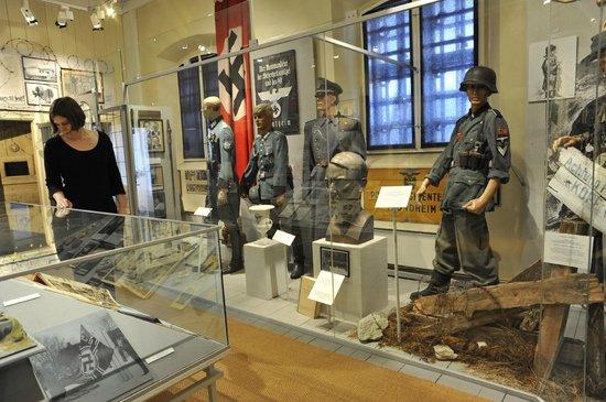 Uniformer brukt av norsk politi i tysk tjeneste under krigen. - Bilde av Justismuseet i ...