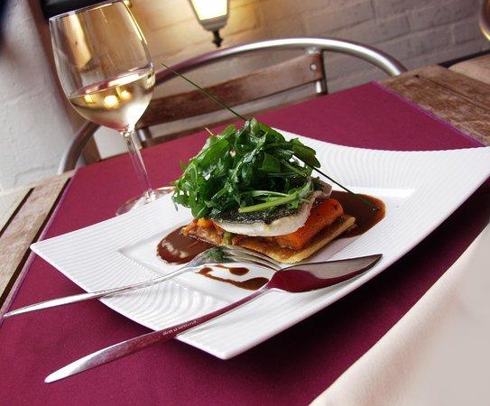 Les Deux Moineaux: Filet de daurade royale, tarte fine à la rhubarbe, carottes fondantes