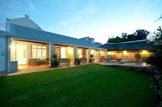 The Robberg Beach Lodge: Second Pool at Cottage Pie - Night