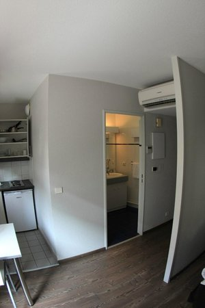 Residence Hoteliere Temporim Part Dieu: Entrance and bathroom door
